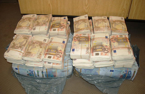 جمارك بني أنصـار تحجز أزيد من 155 ألف يورو في عمليتين بمعبر مليلية