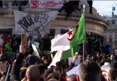 الجالية الجزائرية المقيمة بالخارج تهتف بإسم جلالة الملك وتشيد بقراراته