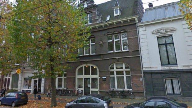 مجموعة من الشباب تحتل بناية في ملك المملكة المغربية بمدينة امستردام الهولندية.