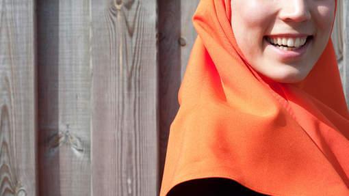 منع طالبة من التدريب في مدرسة هولندية بسبب ارتدائها لغطاء الرأس (الحجاب) .