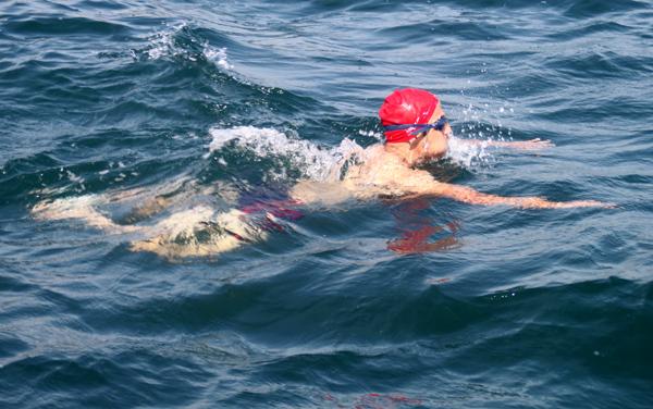 المغامر الناظوري نور الحكيم حشي يكسب تحديا جديدا و يقطع مسافة 14 كلم سباحة
