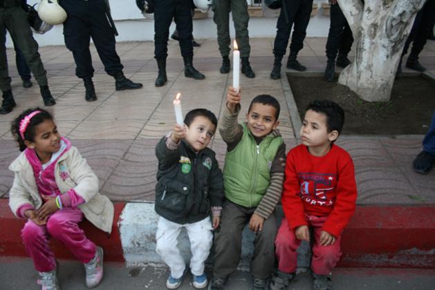 أٌطفال ترقاع يدرسون على ضوء الشموع