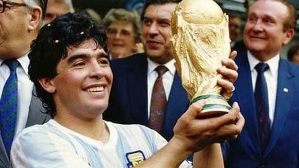 مارادونا يعود إلى الملاعب مدرباً ولاعباً