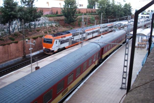 ساكنة الجهة الشرقية تتعذب على متن قطارت متهالكة  غلاء التذاكر وبعد المسافة وتعفن الخدمة