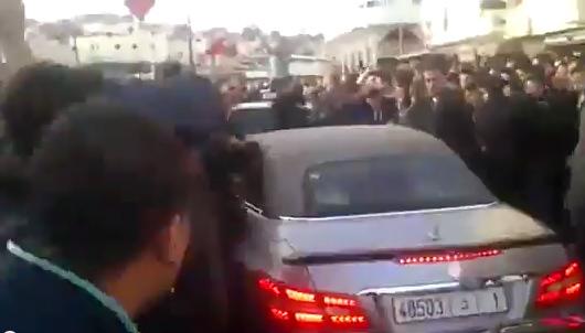 تواضع الملك : محمد السادس نصره الله وسط الحشود في أخطر منطقة بطنجة
