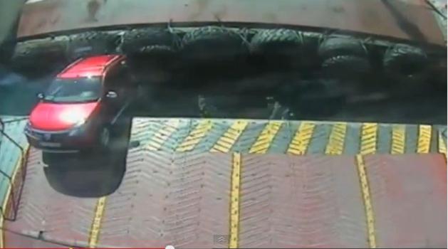 سقوط سيارة بركابها في البحر أثناء صعودها إلى الباخرة