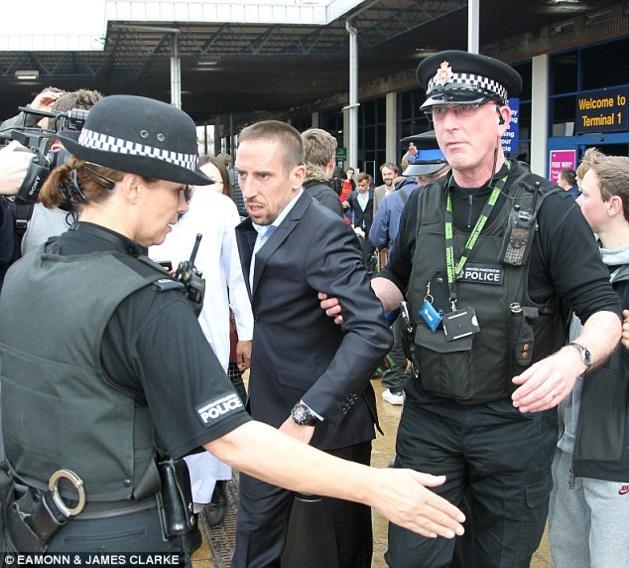 صور: لماذا تم القبض على فرانك ريبيرى فى مطار مانشستر ؟