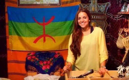 الكوميدي سعيد الناصري يكرم الممثلة الريفية نادية السعيدي في ليلة نجوم الشاشة