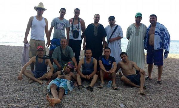 """شباب يتطوعون لتنظيف شاطئ """"إعبدونن"""""""