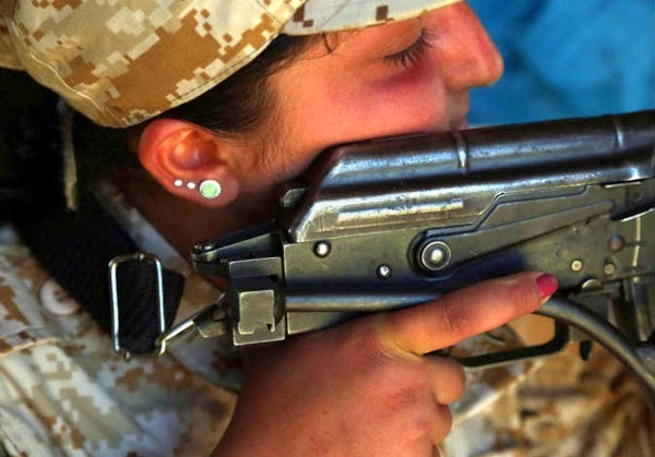 """بالصور .. نساء """"البشمركة"""" يقاتلن """"داعش"""" بكامل زينتهن"""