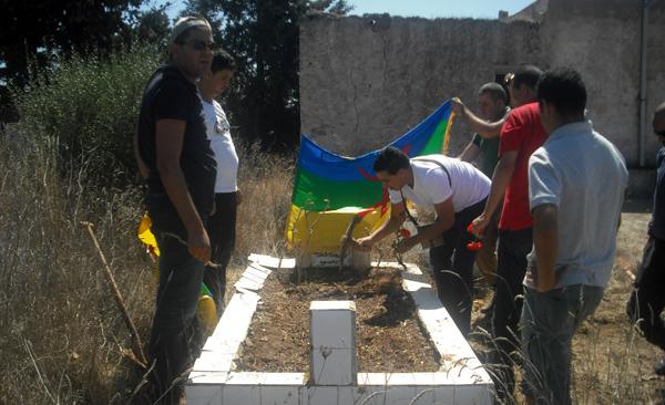 """نشطاء أمازيغيون يخلدون ذكرى وفاة قاضي قدور بزيارة ضريحه بمسقط رأسه """"القضيا"""""""