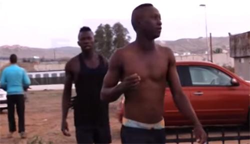 بالفيديو : مئات المهاجرين الأفارقة يقتحمون مليلية عبر سياج عملاق