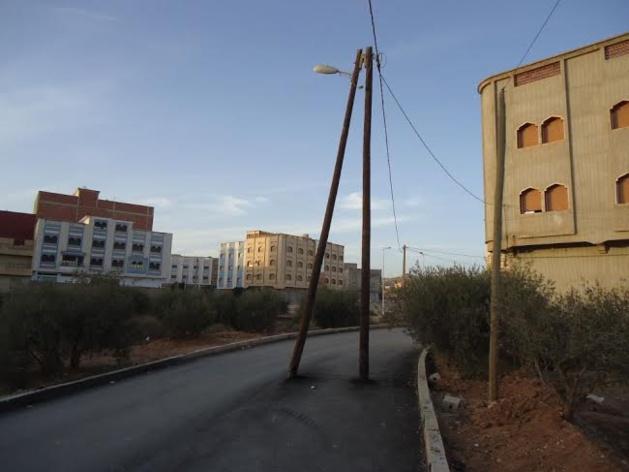 غرائب و عجائب:  أعمدة الإنارة العمومية وسط شوارع مدينة ابن الطيب تهدد سلامة المواطنين