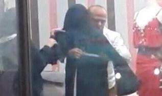 بالفيديو .. خياط يأخذ مقاسات فتاة منقبة يشعل مواقع التواصل !