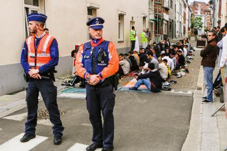 """شرطة بروكسل تغلق شارعا بمقاطعة بيرشم-سانت أغاثا، حتى يتسنى للناس أداة الصلاة في """"أمان"""". (فيديو)"""