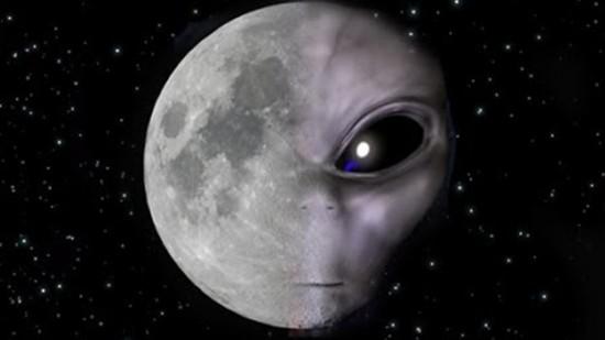 رواد فضاء أمريكيون يصورون طبقا طائرا على سطح القمر
