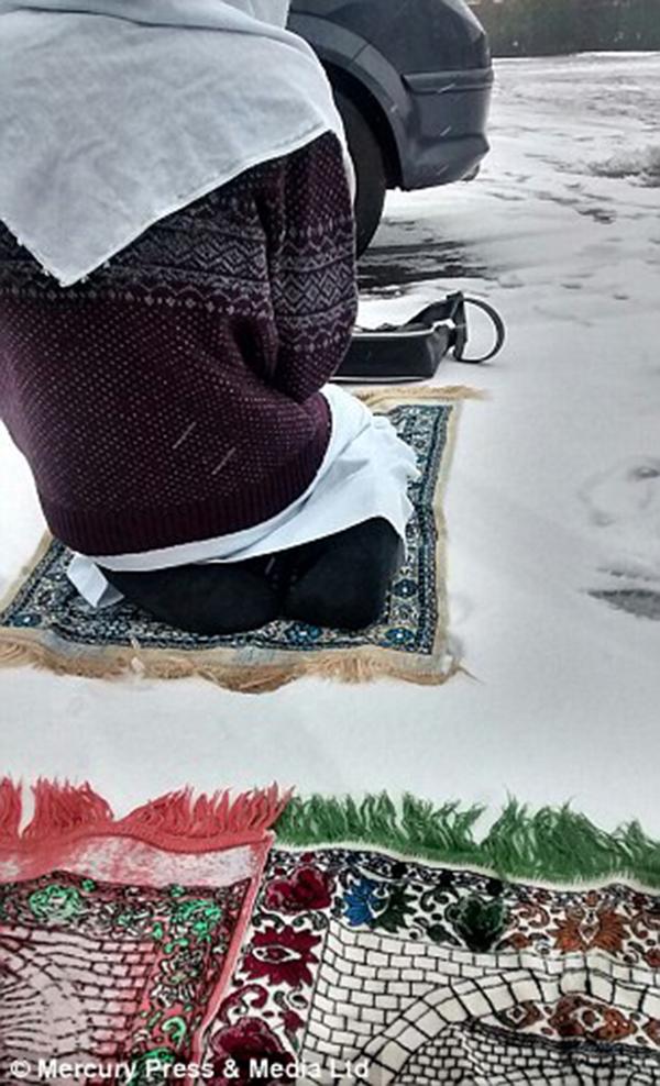 بالصور مدرسة بريطانية تمنع طلابها من الصلاة داخل المبنى فيؤدوها تحت الأمطار والثلوج