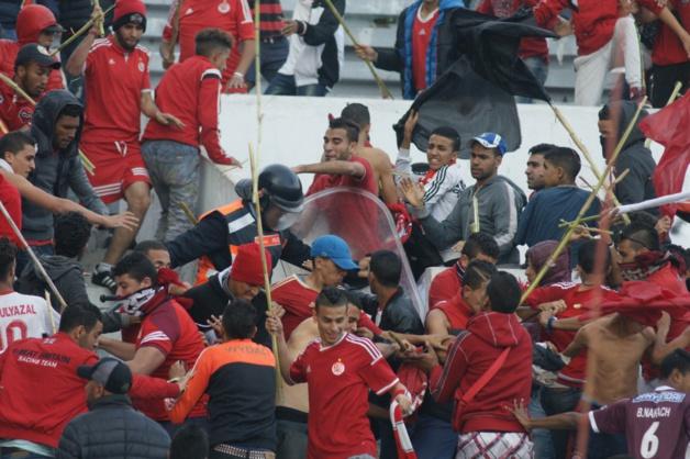 بالصور: اندلاع اعمال عنف واعتداء على رجال الامن بعد نهاية الديربي البيضاوي