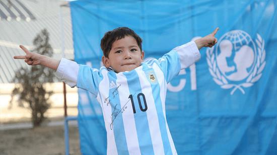 ميسي يرسل قميصه المُوقع للطفل الأفغاني الفقير (فيديو)