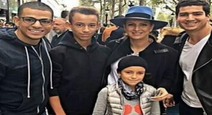 لالة سلمى و الأميرين الحسن و خديجة يلتقطون صورا مع مغاربة في باريس