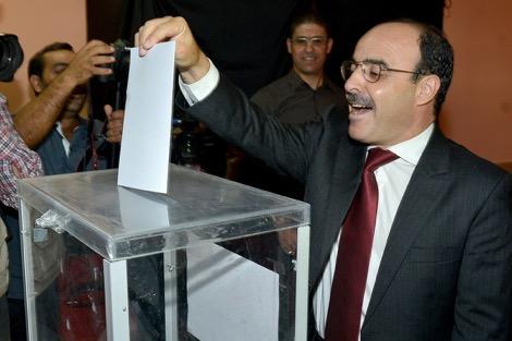 العماري يصوّت رفقة زوجته ويطالب المغاربة بممارسة حقهم الدستوري