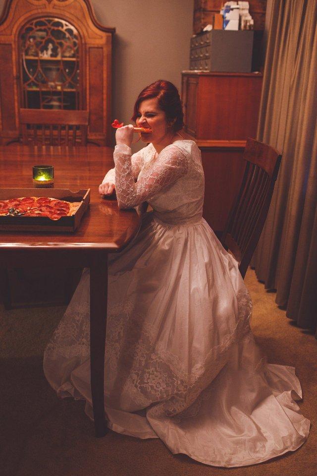 صور فتاة أمريكية تتزوج من البيتزا