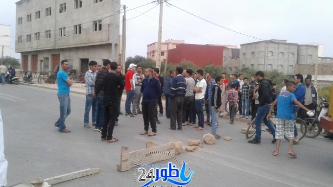 شاهد بالصور:مواطنون يحتجون وسط الطريق بجماعة وردانة لهذا السبب المثير؟؟