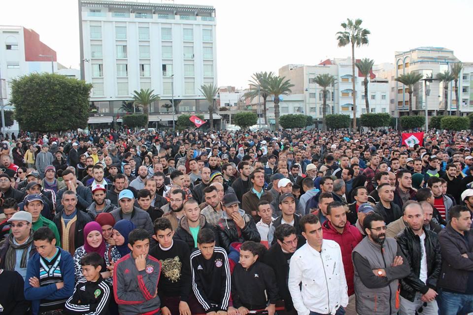 الأمن يحاصر مكان مظاهرات الحسيمة و يمنع السكان من دخول منازلهم إلا بعد الإدلاء بالبطاقة الوطنية