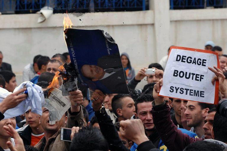 هيجان على مواقع التواصل بالجزائر و بوتفليقة يواجه المادة 102 .. !