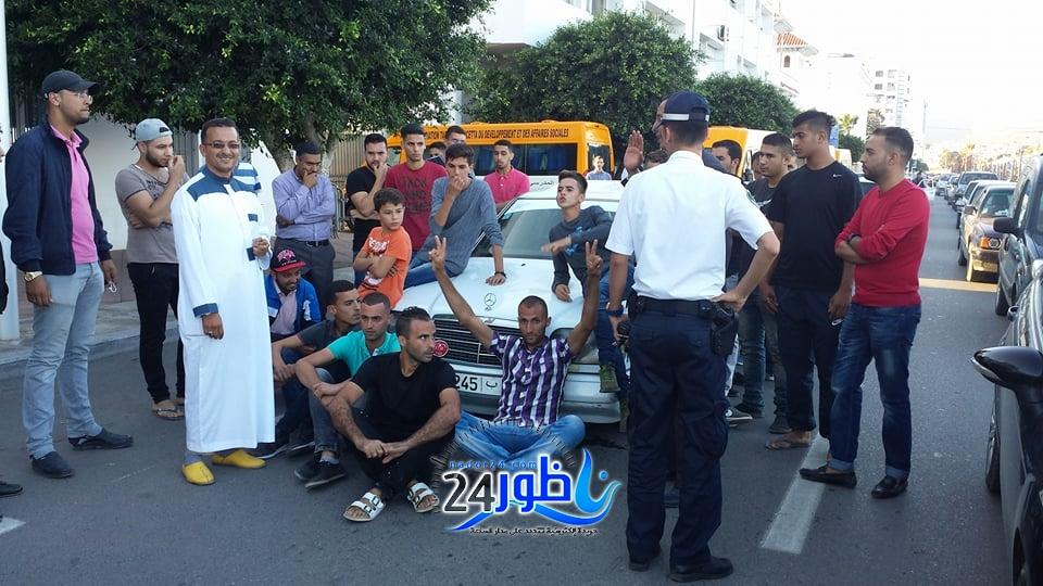 شاهد بالصور:مهنيو بني سيدال بقطاع النقل العمومي يحتجون أمام عمالة الناظور بسبب انعدام الطرق