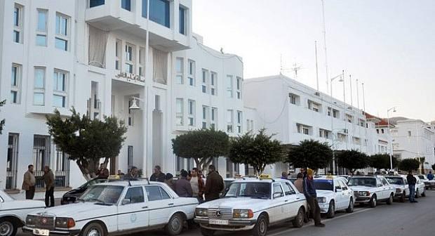 عامل إقليم الناظور يتدخل لإلغاء الزيادات التي فرضها أرباب سيارات الأجرة الكبيرة