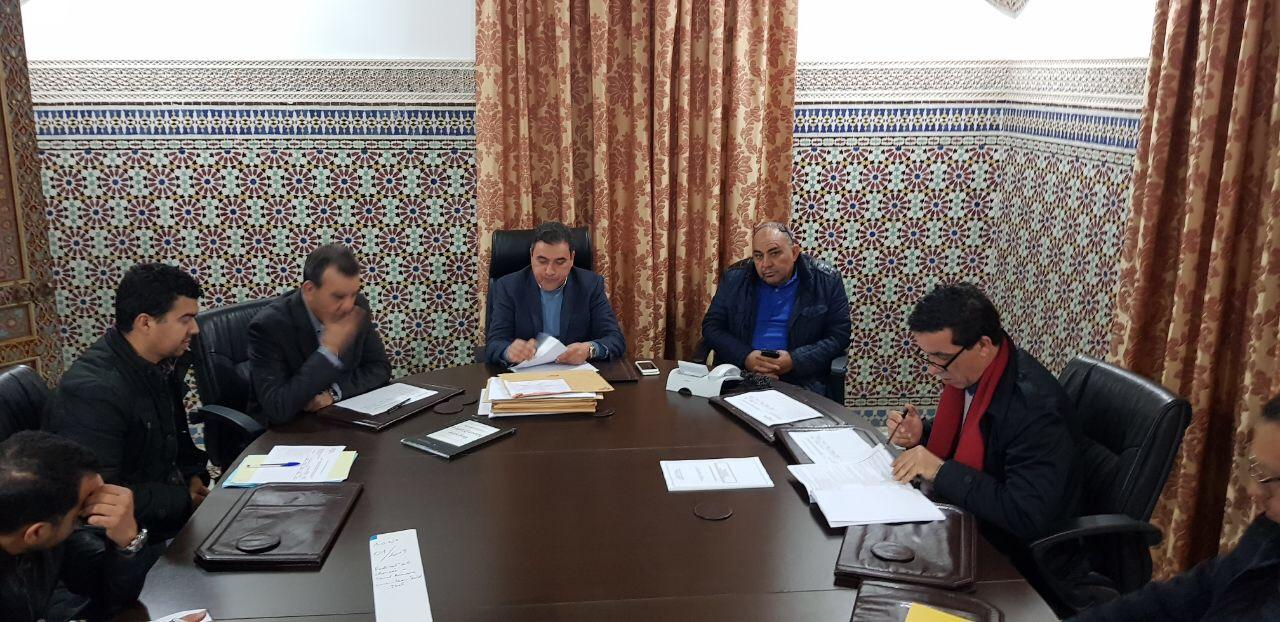 رئيس المجلس الاقليمي يترأس عملية فتح الأظرفة لفائدة مشروع بجماعة بني سيدال الجبل