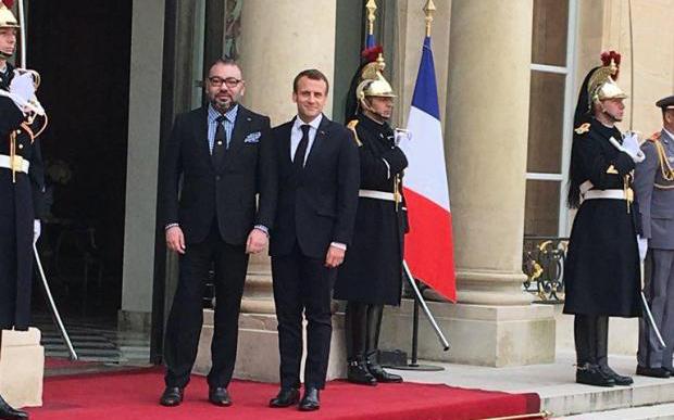 جلالة الملك يستقبل بالإيليزيه من طرف الرئيس الفرنسي