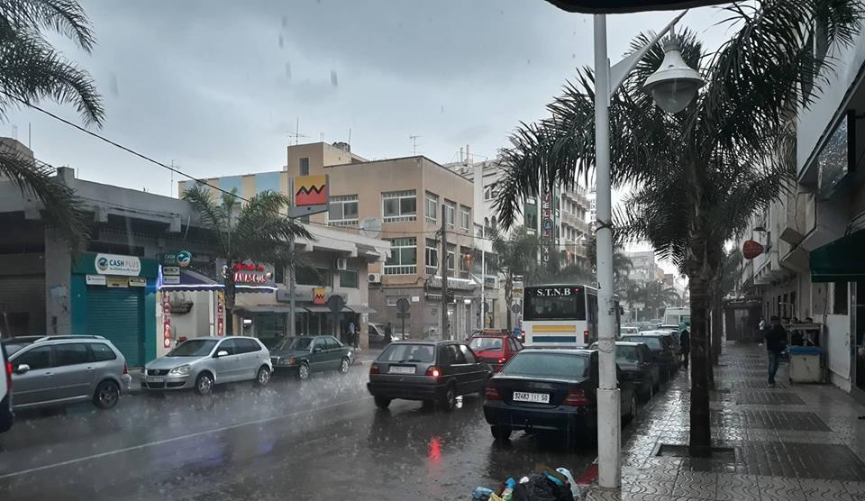 شاهد بالفيديوا: أمطار غزيرة ورياح تفاجئ الناظور