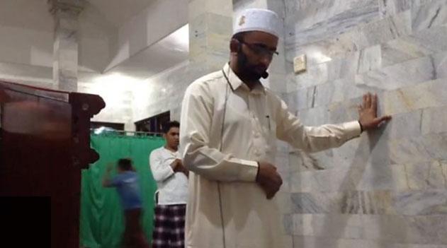 فيديو : إمام يواصل الصلاة رغم الزلزال في اندونسيا