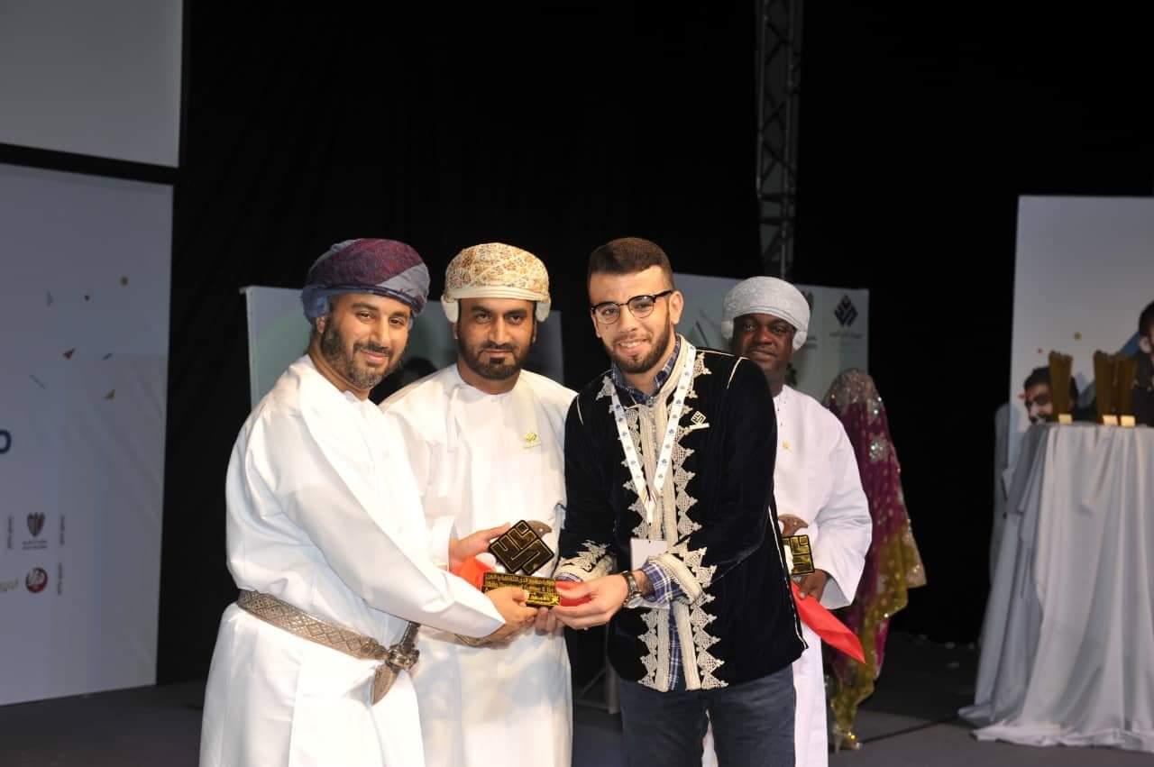 صاحب السمو السيد أدهم بن تركي يكرم الفنان عبد العزيز المحيوتي في ختام مهرجان الدن المسرحي بسلطنة عمان