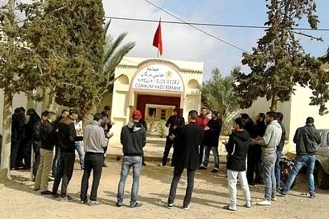 يطالبون بفك العزلة : مواطنون يعتصمون بجماعة حاسي بركان