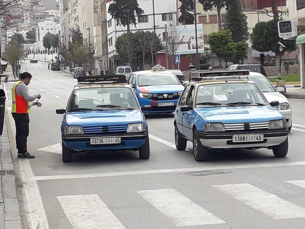 كوفيد ١٩  جمعية الحسيمة أجيال توزع الكمامات على سائقي سيارات الأجرة بالحسيمة