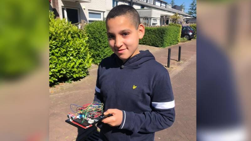 - وائل (12) المغربي الأصل والهولندي الجنسية يبتكر جهازًا يساعد على احترام مسافة  1.5 متر .