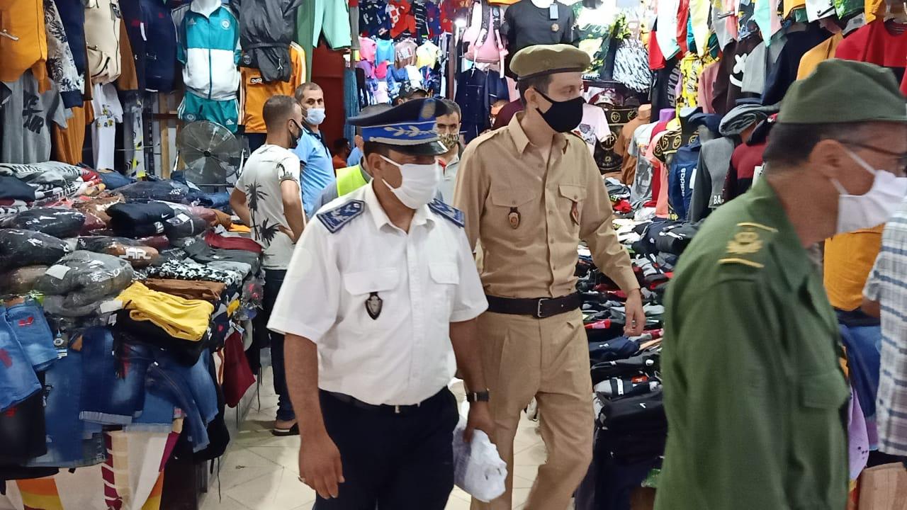 السلطات المحلية وجمعيات المجتمع المدني توزع الكمامات وتحسس المواطنين من مخاطر كورونا