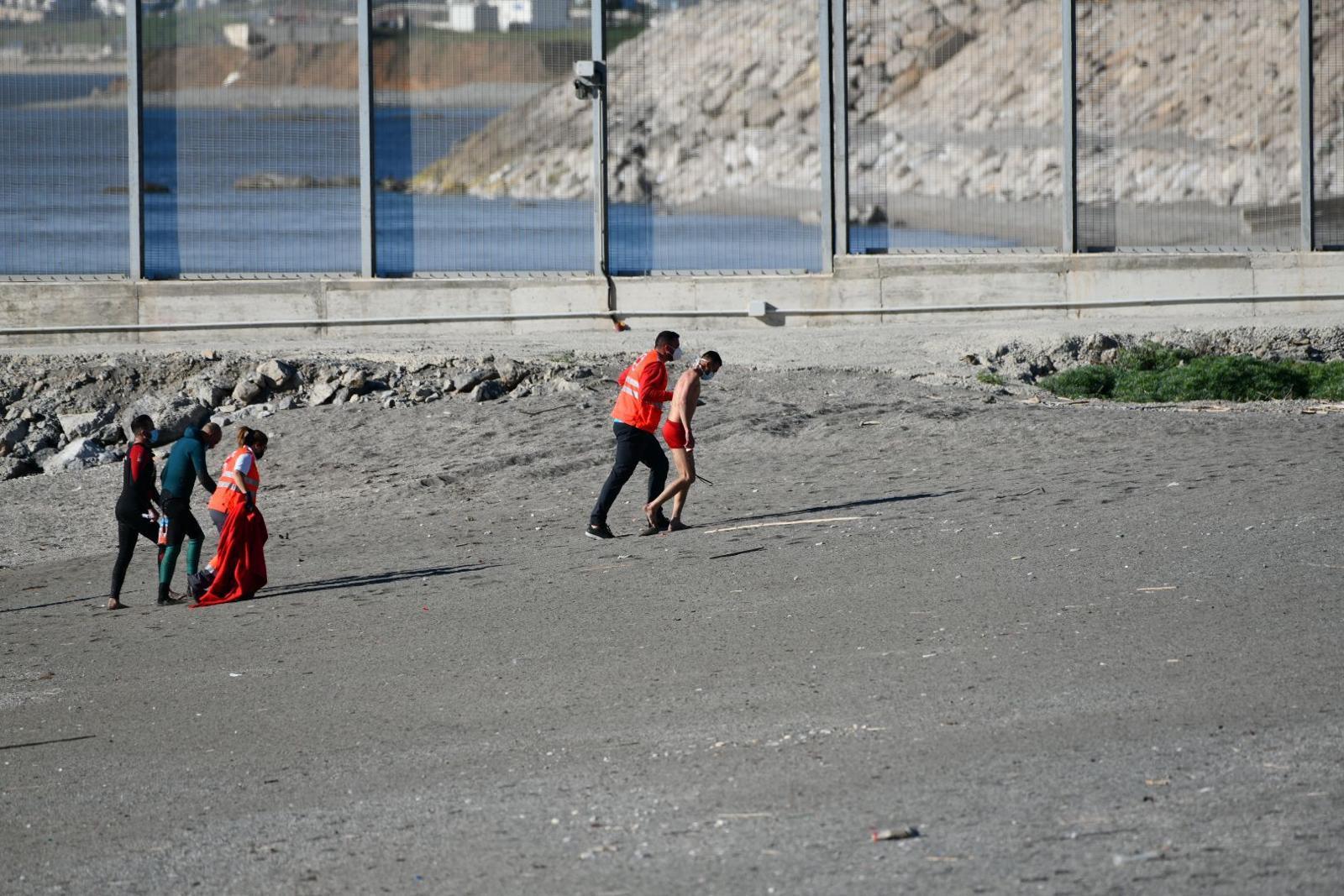وصول 145 شخصاً إلى سبتة ووزيرة الخارجية الإسبانية تعتبرها ضغطاً من الرباط