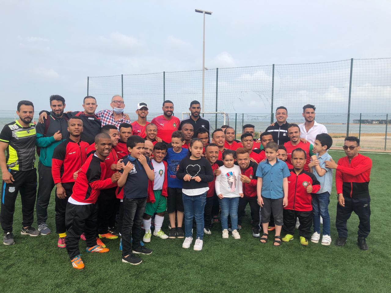 مربيات جمعية ايمن للتوحد في حلقة تكوينية واطفالها ضيوفا على المنتخب المغربي لكرة القدم لقصار القامة