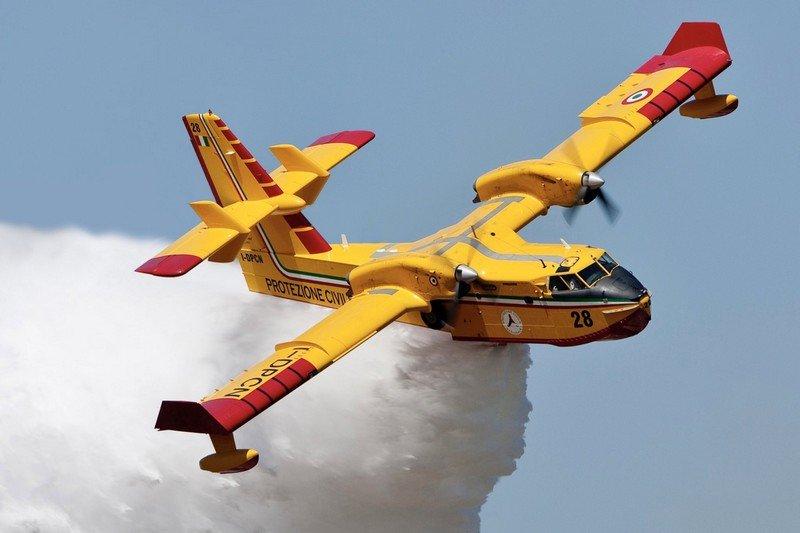 الملك  محمد السادس يأمر باقتناء ثلاث طائرات جديدة من طراز Canadair-CL 415  المتخصصة في اخماد الحرائق.