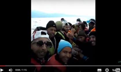 """فيديو ل """" حراكة """" مغاربة مهاجرين على متن مركب صغير يصنع الحدث على المواقع الاجتماعية"""