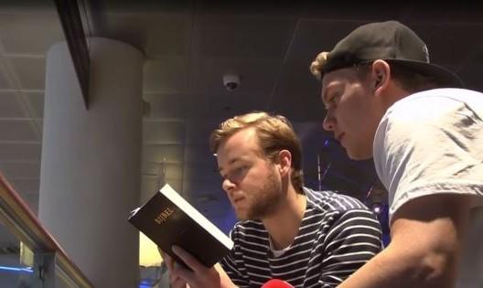 قرأوا لهم آيات من الكتاب المقدس على أنها من القرآن.. شاهد ما حدث+فيديو