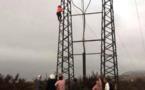 """شابة تحاول الانتحار من أعلى عمود كهربائي بعد اغتصابها من قبل """"ابن مسؤول"""""""