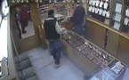 الدرك الملكي يلقي القبض على شاب بتهمة سرقة محل تجاري رصدته كاميرا المراقبة ببن الطيب