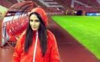 """طرد مذيعة صربية من الملعب بسبب جمالها الذي """"يلهي"""" اللاعبين"""