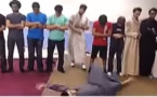 شاب أمريكي يستعرض مستهزءا أمام المصلين انضر ماذا حدث له