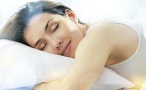 النوم على الوجه يسبب التجاعيد، صح أم خطأ؟